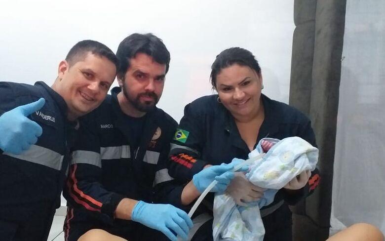 Samu auxilia no nascimento de bebê dentro de casa -