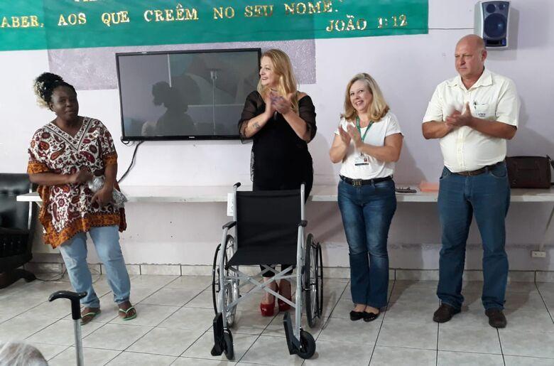 Após 3 anos, são-carlense junta 350 mil lacres e conquista cadeira de rodas para abrigo de idosos - Crédito: Divulgação