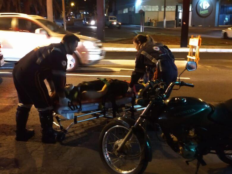 Jovem é atropelada na avenida São Carlos - Crédito: Luciano Lopes