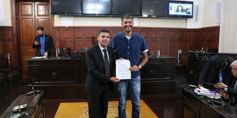 Edson Ferreira entrega Moção de Congratulação ao cabeleireiro Leandro Scarlato - Crédito: Divulgação