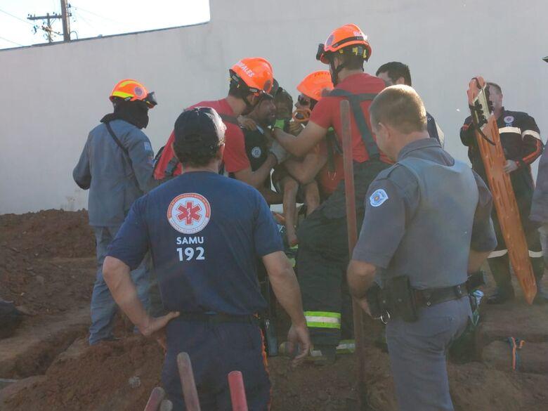 Garoto que ficou preso em buraco é retirado pelas equipes de socorro - Crédito: Luciano Lopes
