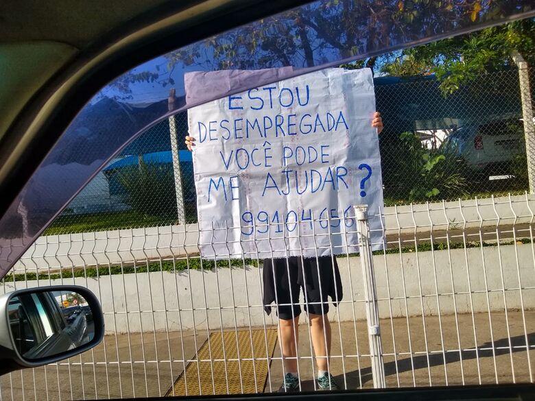 Em um 'grito de desespero', mulher utiliza cartaz para pedir trabalho - Crédito: Divulgação