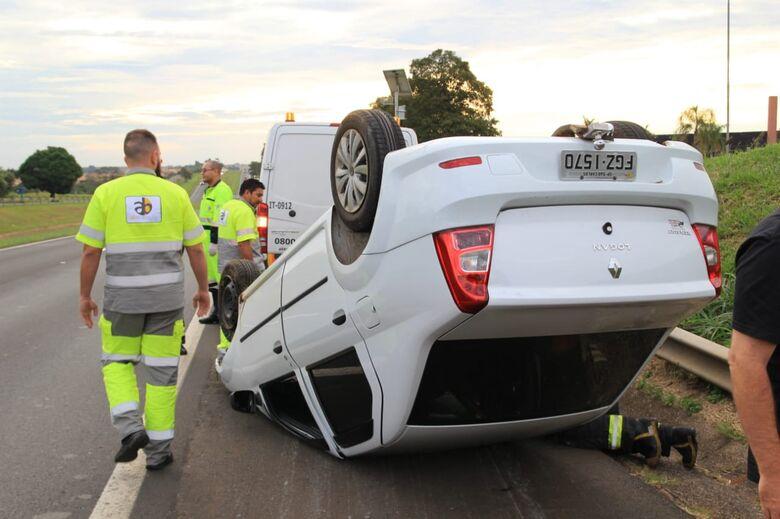 Carro capota e jovem fica ferido na Washington Luis em São Carlos - Crédito: Marco Lucio