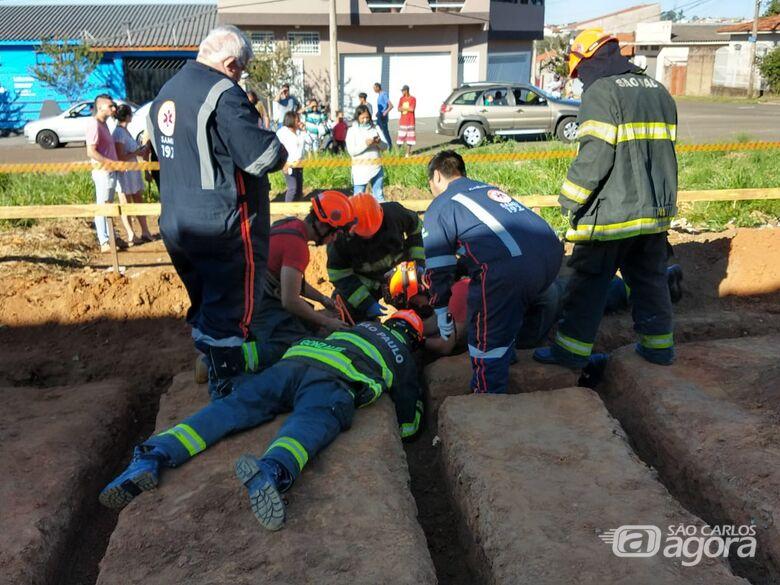 Garoto cai em buraco e Bombeiros e Samu tentam resgatá-lo -