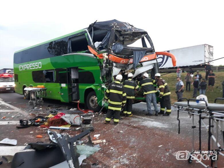 Colisão entre ônibus e caminhão deixa ao menos 17 feridos em estrada da região - Crédito: Whatssapp