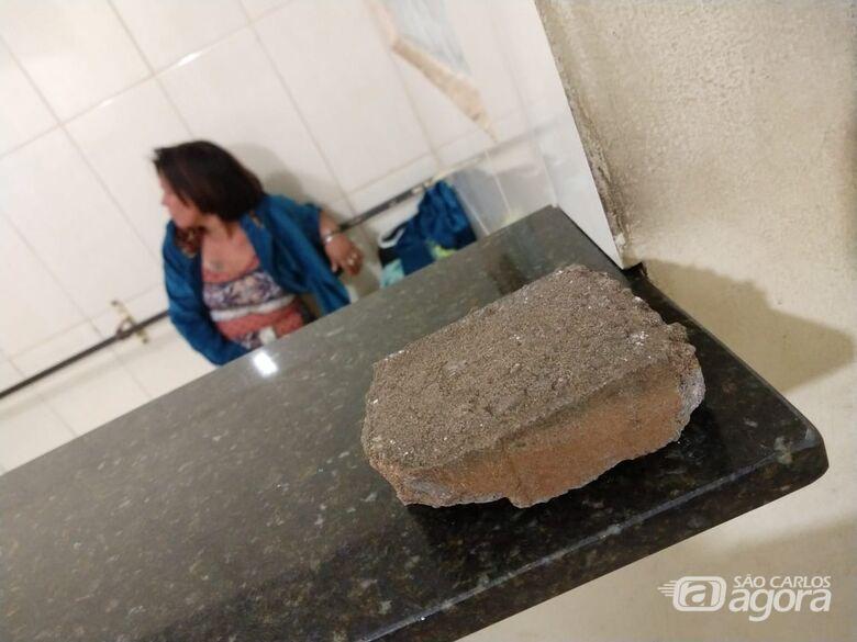 Mulher é detida após atirar pedra contra a viatura da Guarda Municipal - Crédito: Luciano Lopes