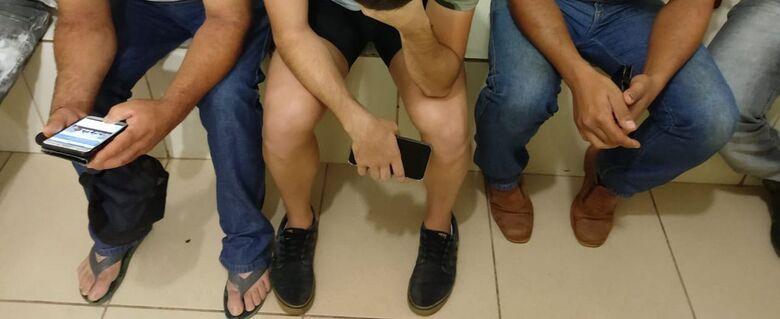 Três são flagrados fazendo gestos obscenos no banheiro da rodoviária - Crédito: Divulgação