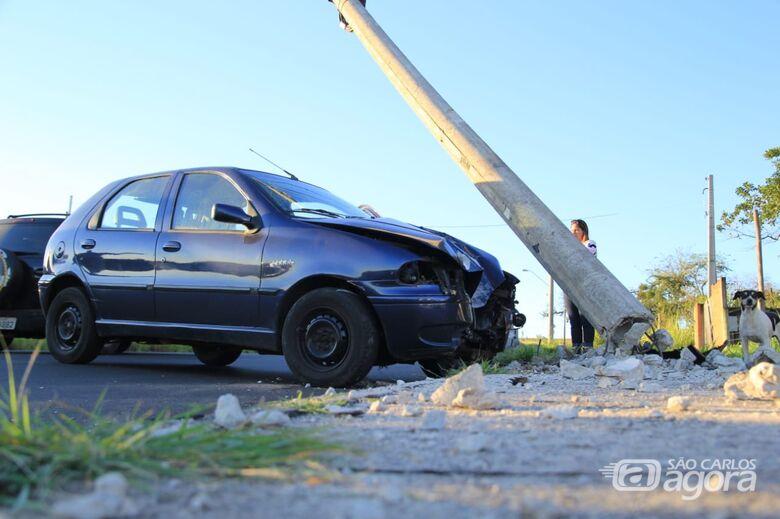 Motorista derruba poste em estrada municipal - Crédito: Marco Lucio