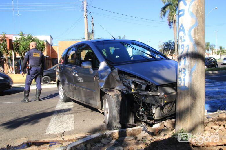 Carro bate em poste na frente da base do Samu - Crédito: Marco Lucio