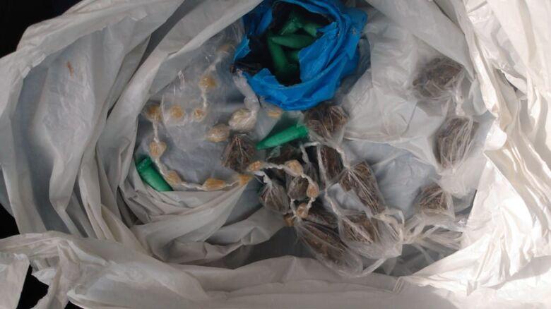 Traficante abandona sacola com drogas em frente a CEMEI ao ser flagrado pela GM - Crédito: Divulgação