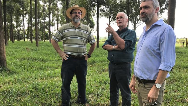Pesquisadores uruguaios conhecem em São Carlos instrumentos de precisão no campo - Crédito: Ana Maio