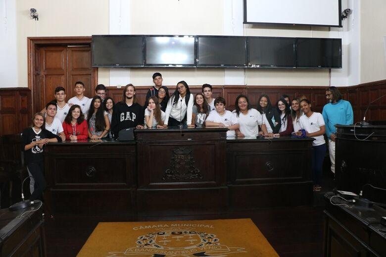 """Alunos da Escola Estadual """"Dr. Álvaro Guião"""" visitam a Câmara Municipal - Crédito: Divulgação"""