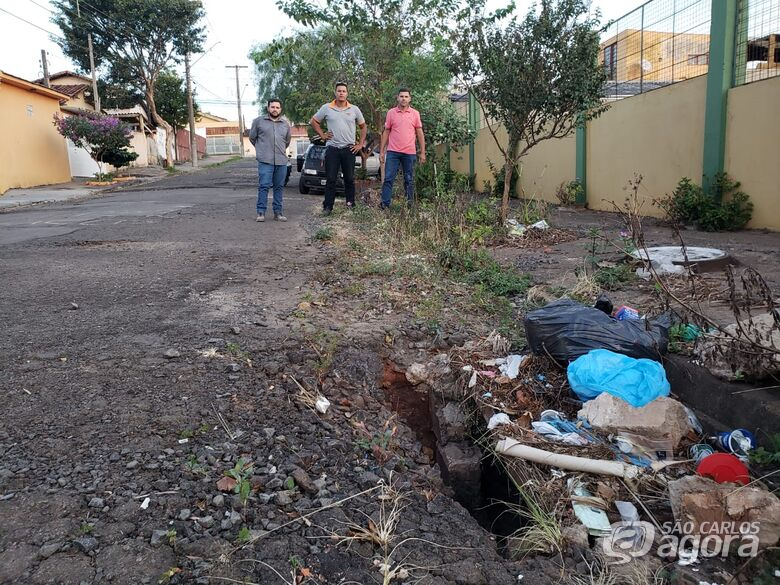 Vereador Edson Ferreira pede melhorias em rua ao lado do Cefa - Crédito: Divulgação