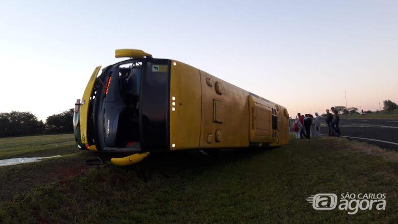 Ônibus que levava turistas para Olímpia tomba e motorista morre em estrada da região - Crédito: Fotos Whatsapp