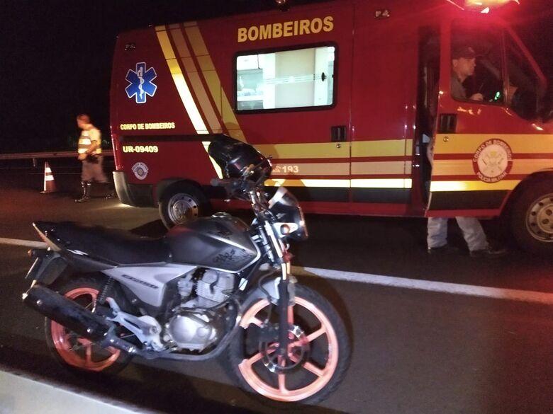 Motociclista fica em estado gravíssimo após bater em traseira de caminhão na Washington Luiz - Crédito: São Carlos Agora