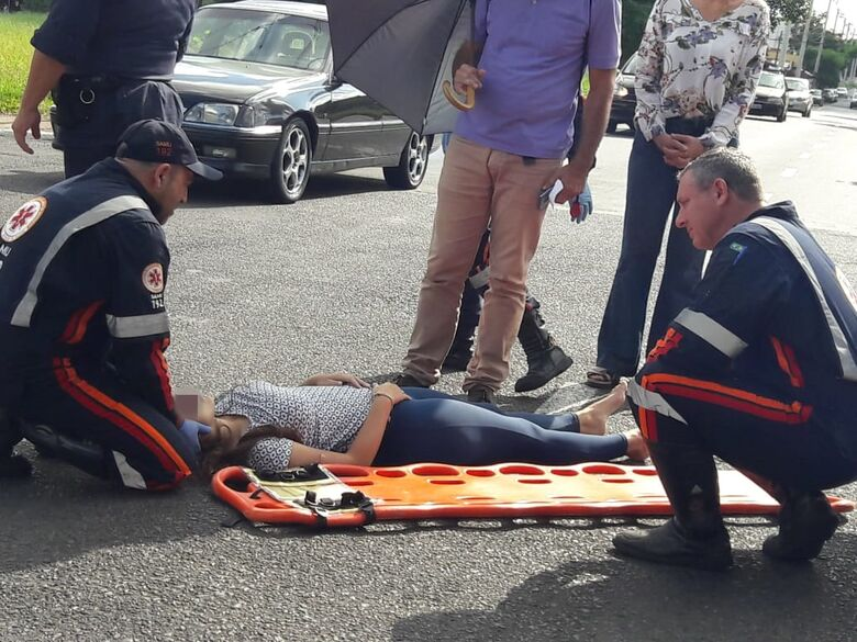 Motorista 'fura' pare e colide em moto no Santa Felícia - Crédito: São Carlos Agora
