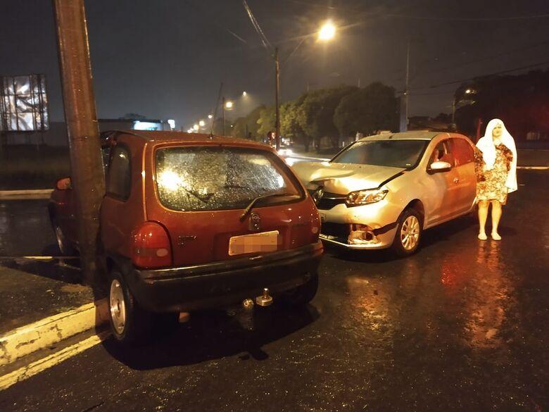 Corsa bate em poste após ser atingido por Sandero - Crédito: Luciano Lopes