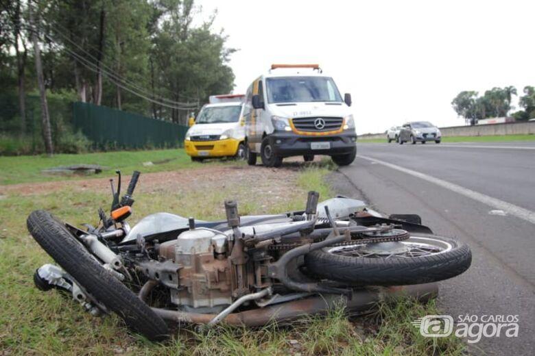 Duas pessoas ficam feridas em acidente envolvendo moto e carro na WL - Crédito: Marco Lúcio