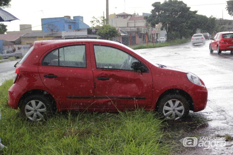 Carro tomba ao passar em poça na Bruno Rugiero - Crédito: Marco Lúcio