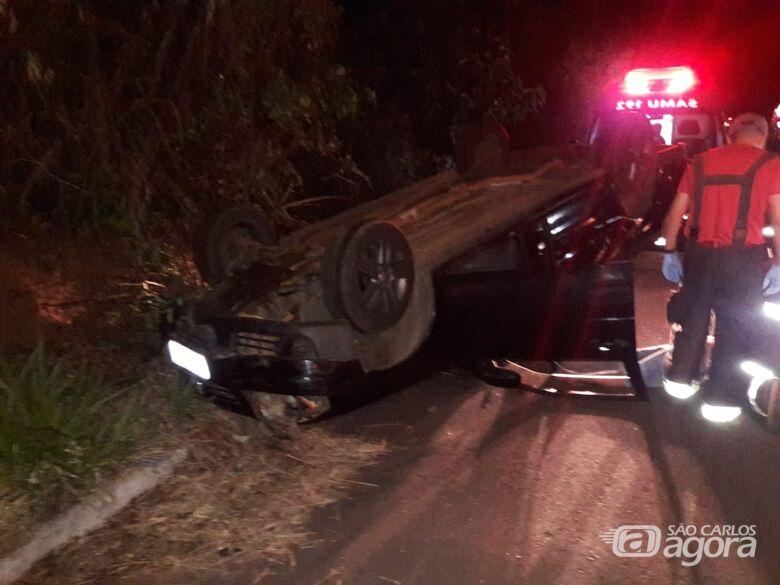 Motorista bate carro em barranco após passar mal ao volante - Crédito: São Carlos Agora