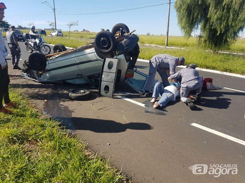 Motorista sofre mal súbito, carro colide em árvore e capota - Crédito: Maycon Maximino