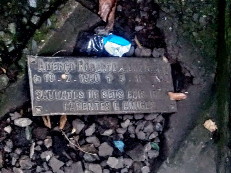 Placa de túmulo é encontrada em bueiro - Crédito: Divulgação