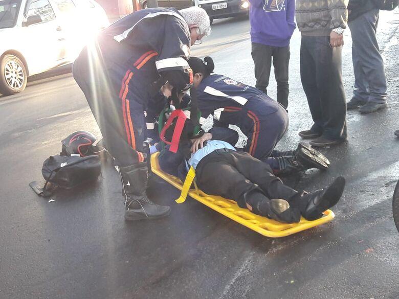 Carro colide em moto na Vila Nery; um ferido - Crédito: Maycon Maximino