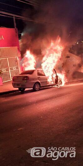 Carro pega fogo no Centro - Crédito: Luciano Lopes