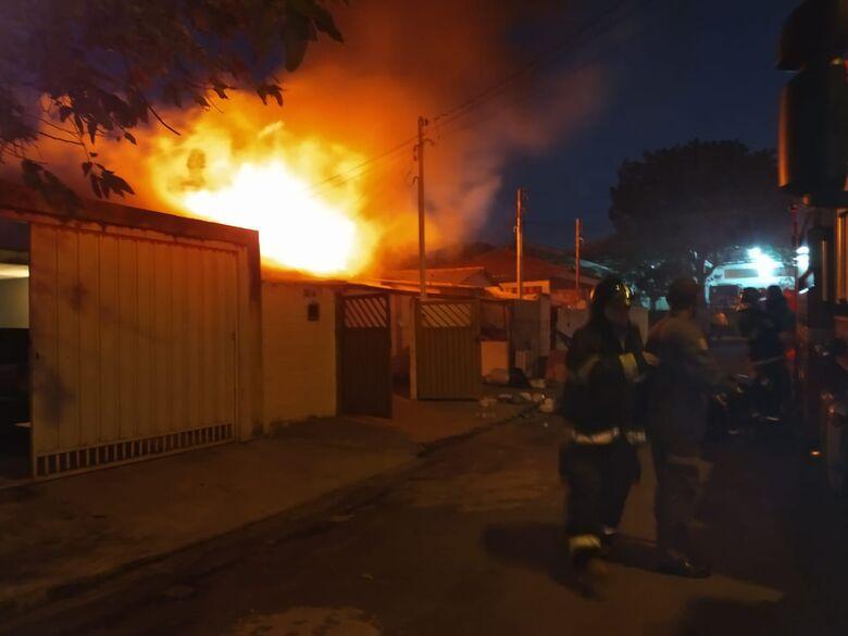 Incêndio de grandes proporções atinge duas casas na Vila Marina - Crédito: Luciano Lopes
