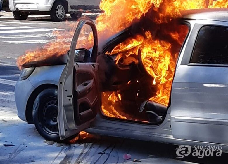 Carro é consumido por incêndio no Centro de São Carlos - Crédito: Colaboradores