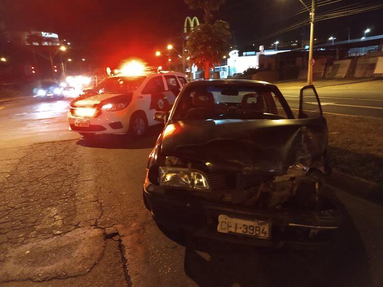 Motorista bate em poste na região do shopping - Crédito: Luciano Lopes