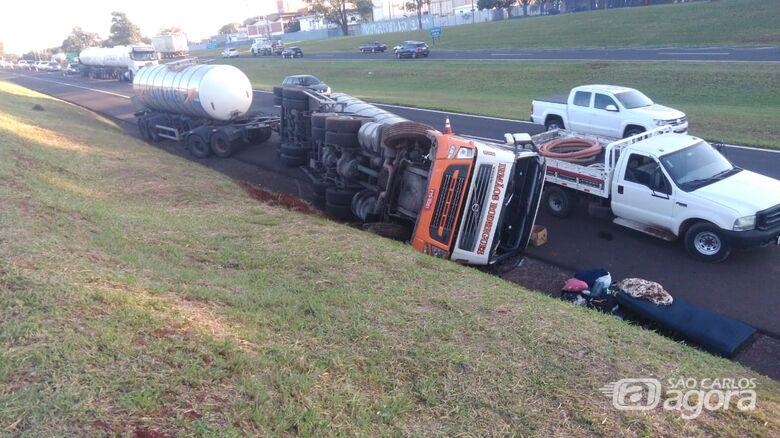 Carreta carregada com suco de laranja tomba na rodovia Washington Luis - Crédito: Araraquara 24 Horas