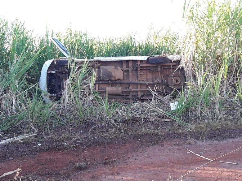 Van que levava criança especial à APAE tomba em estrada municipal - Crédito: Maycon Maximino