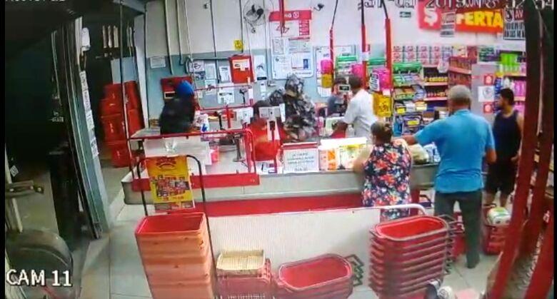 Dupla assalta supermercado no Jardim dos Coqueiros; veja o vídeo -