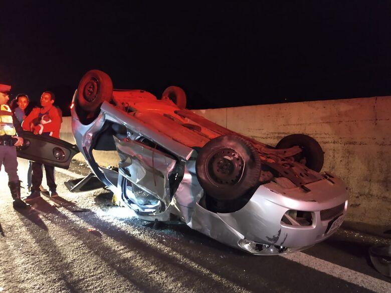 Carro capota na Washington Luís; mãe e filha ficam feridas - Crédito: Luciano Lopes
