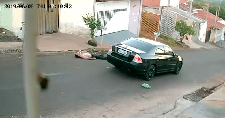 Mecânico é retirado à força de carro por bandidos no Jardim Medeiros - Crédito: Reprodução