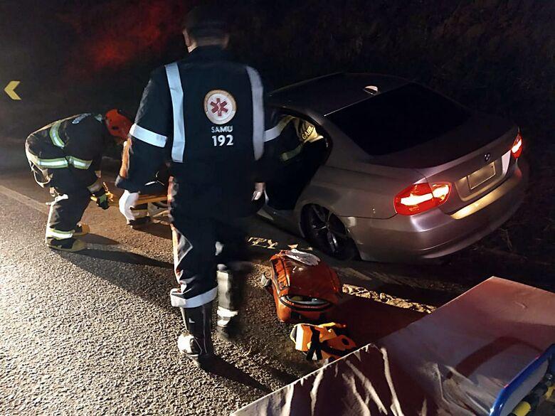 Mulher fica ferida em colisão envolvendo Palio e BMW na SP-215 - Crédito: Luciano Lopes