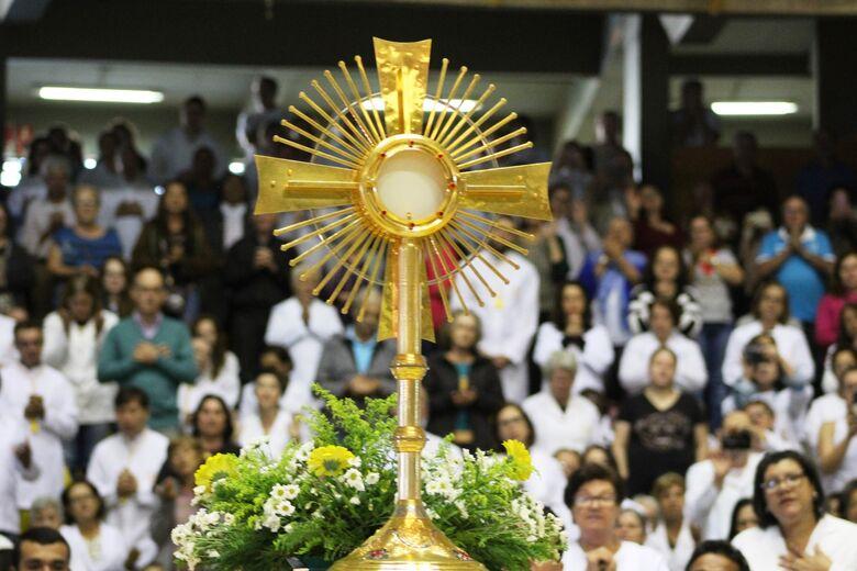 Fieis se reúnem no Milton Olaio para missa de Corpus Christi - Crédito: Divulgação