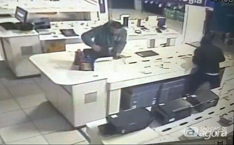 Câmera de segurança registra ação de ladrões no Magazine Luiza - Crédito: Reprodução