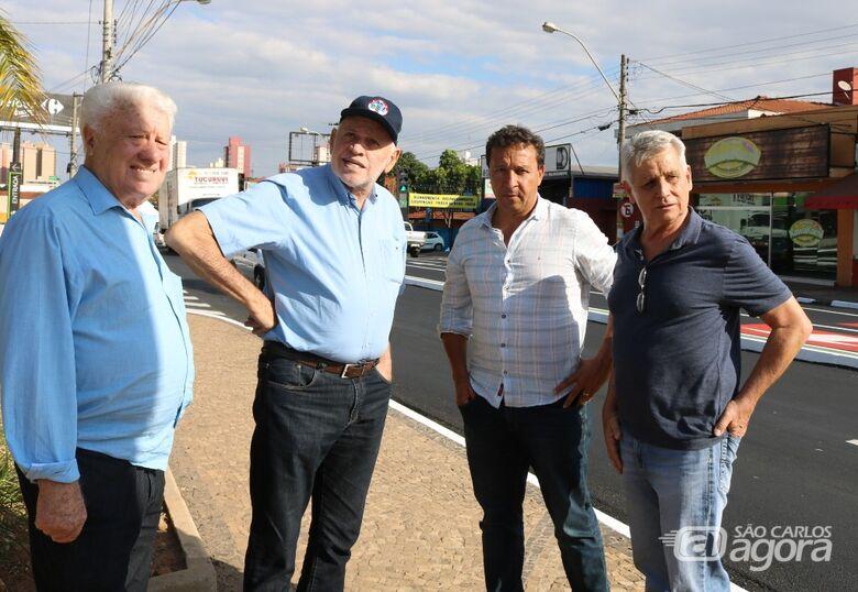 Airton Garcia confere mudanças realizadas no trânsito da avenida São Carlos - Crédito: Divulgação