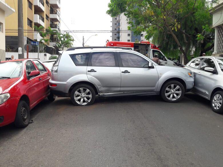 Colisão no centro envolve cinco carros e um homem fica ferido - Crédito: Maycon Maximino