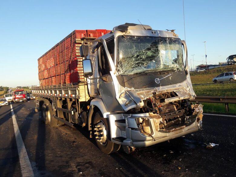 Engavetamento entre três caminhões e uma moto deixa o trânsito parado na Washington Luiz - Crédito: São Carlos Agora