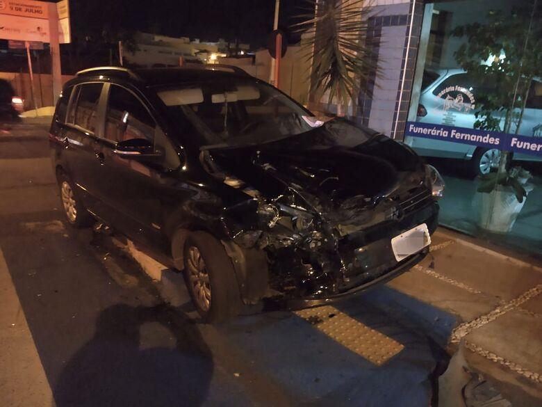 Caminhonete colide em carro e menina de 12 anos fica ferida - Crédito: Luciano Lopes