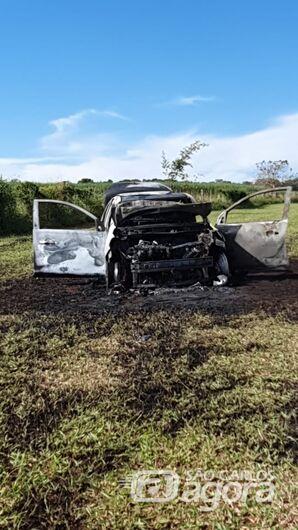 Homem quase morre queimado após atear fogo ao próprio carro - Crédito: Araraquara 24 Horas