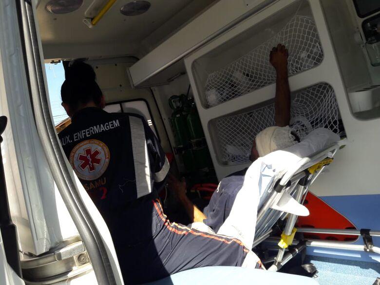 Motociclista sofre queda e bate cabeça em carretinha - Crédito: Maycon Maximino