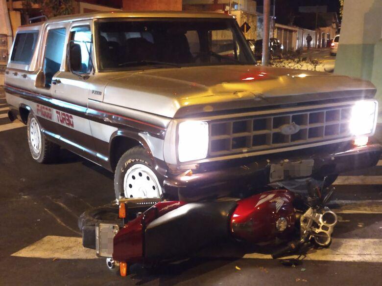 Moto fica presa embaixo de caminhonete após colisão - Crédito: Luciano Lopes
