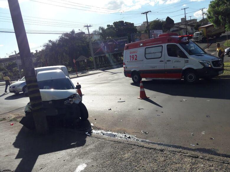 Fiorino colide em poste no Jardim Macarengo - Crédito: Maycon Maximino