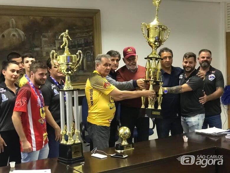 São Carlos Futsal apresenta troféu da Taça EPTV ao prefeito Airton Garcia - Crédito: Divulgação
