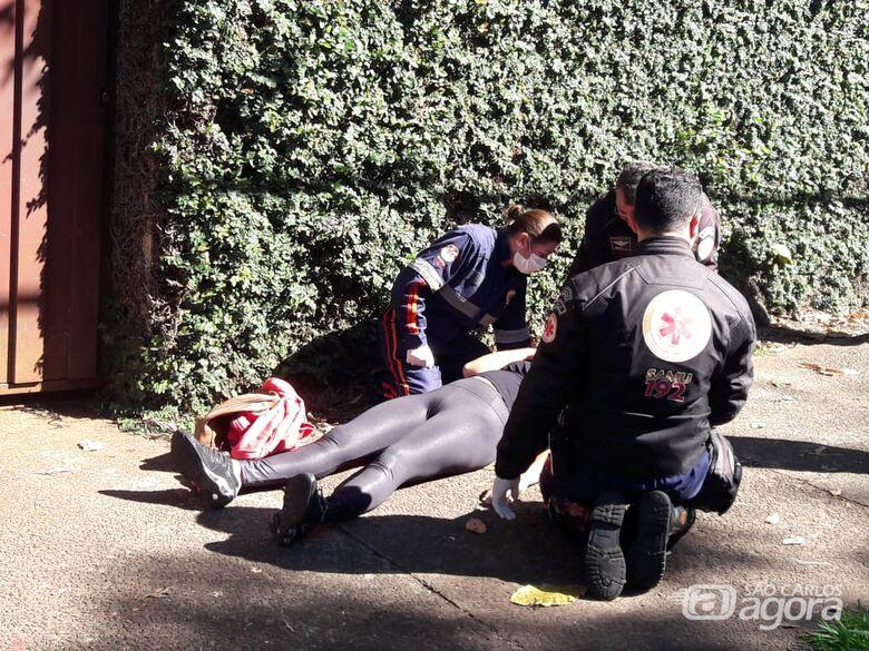 Moto colide em lateral de carro; uma pessoa fica ferida - Crédito: Maycon Maximino