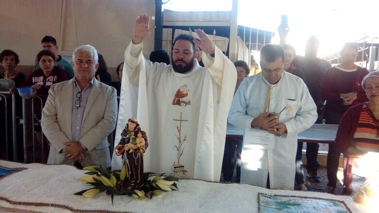 Fieis comparecem para prestigiar o bolo de Santo Antonio - Crédito: Maycon Maximino